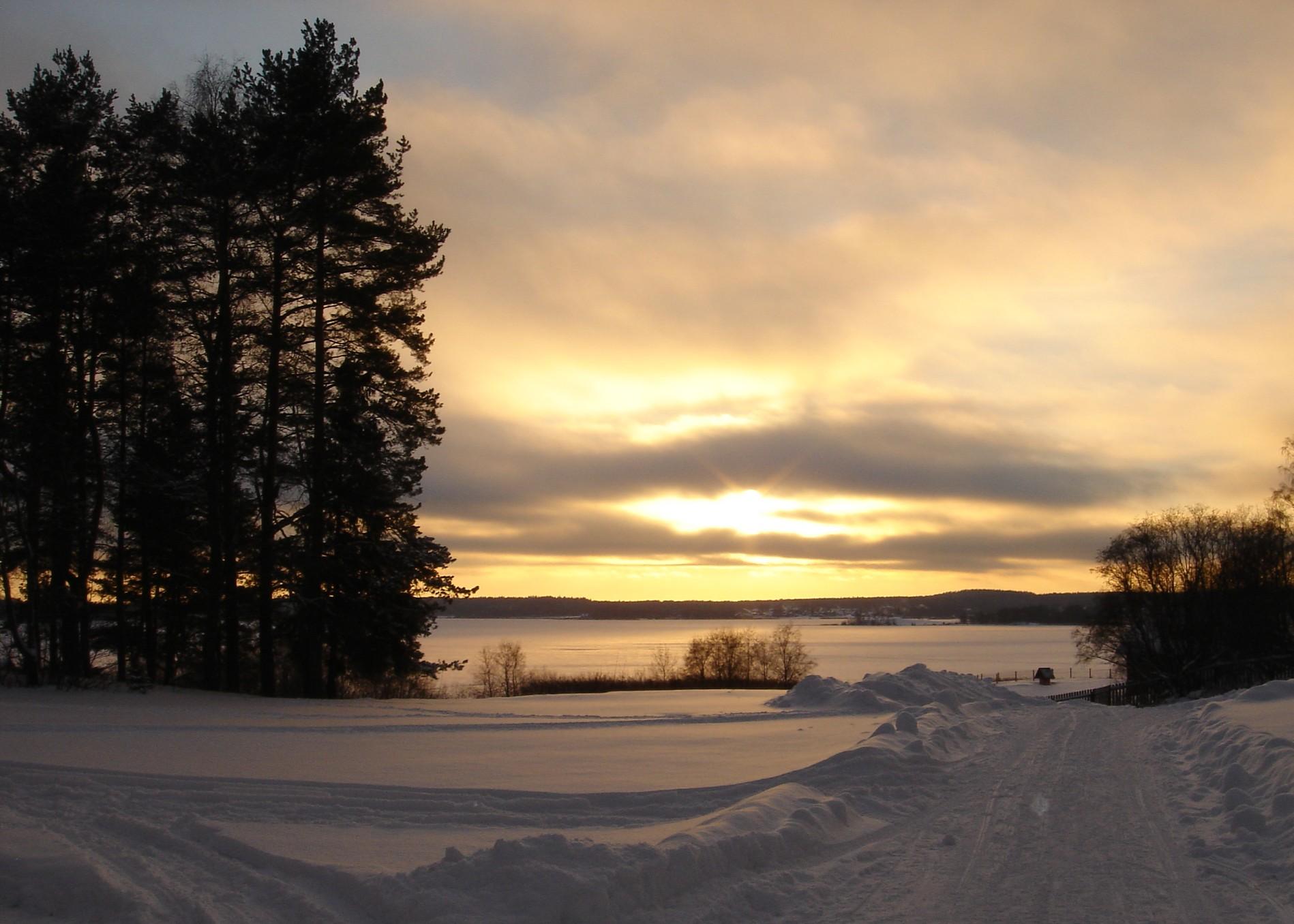 зимняя-дорога-и-закат-в-загородном-отеле-на-озере.jpg