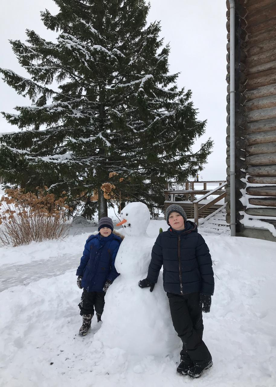 лучший-снеговик-слепленный-детьми-в-загородном-отеле.jpg