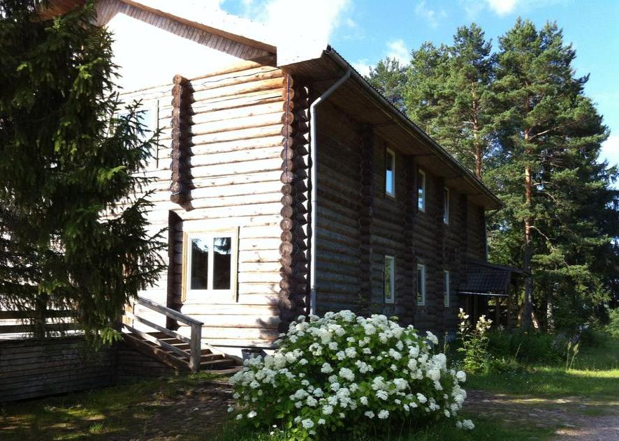 деревянный-дом-срубленный-из-бревен-в-загородном-отеле-на-озере-ландшафт.jpg