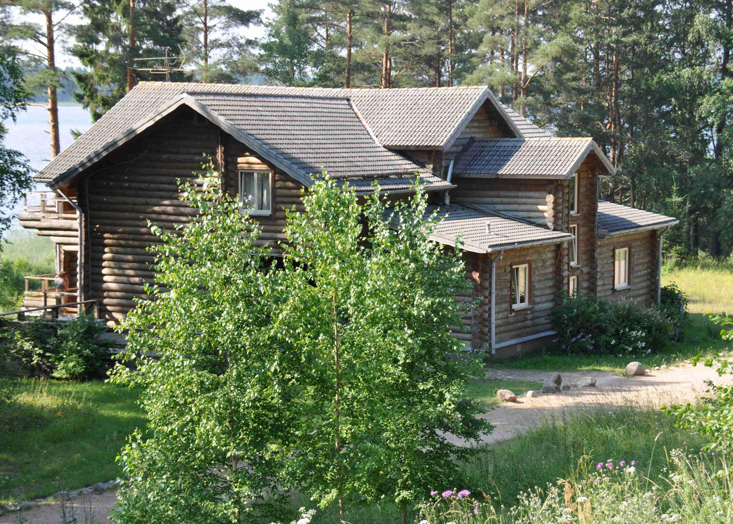 деревянный-дом-срубленный-из-бревен-в-загородном-отеле-на-озере.jpg