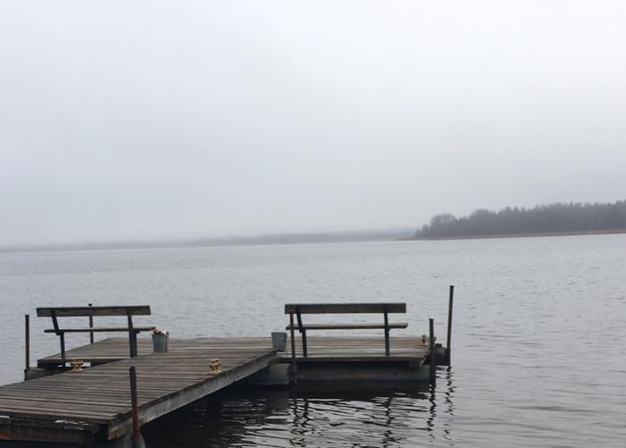 деревянный-причал-в-пасмурный-день-в-загородном-отеле-на-озере.jpg