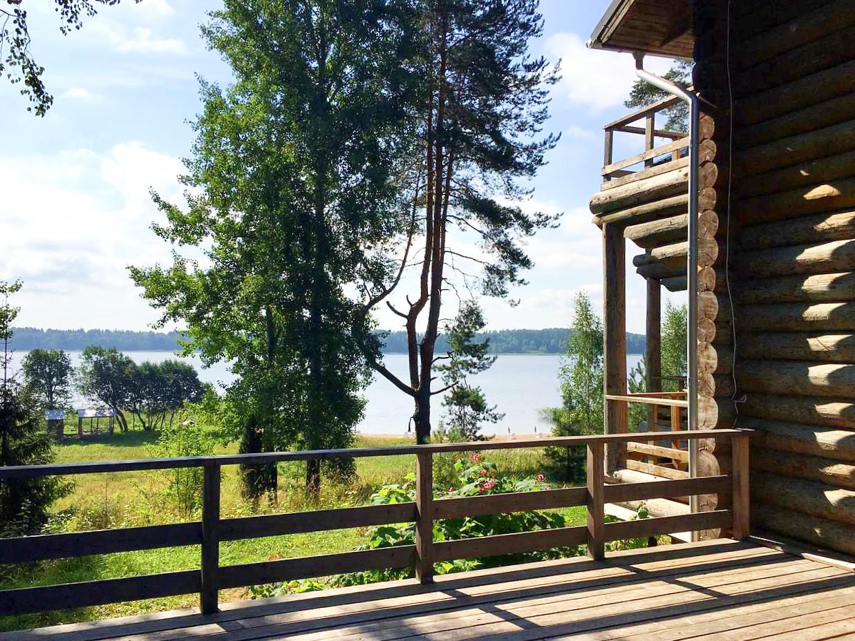 терраса-гостевого-дома-вид-на-озеро-летний-отдых-отдых-на-селигере-отель-вершина-селигера.jpg