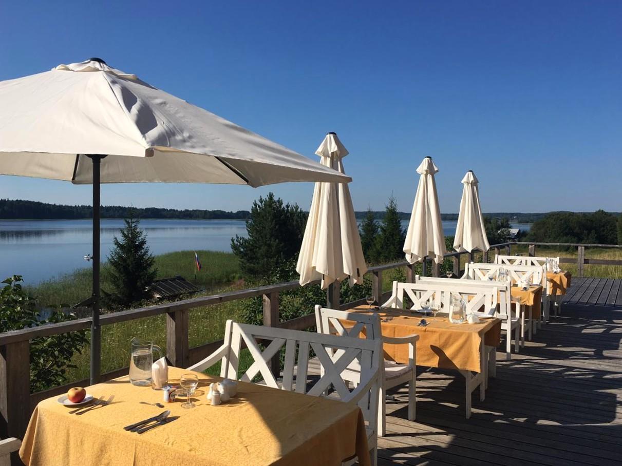 ресторан-на-открытом-воздухе-с-видом-на-озеро-отдых-на-селигере-отель-вершина-селигера.jpg