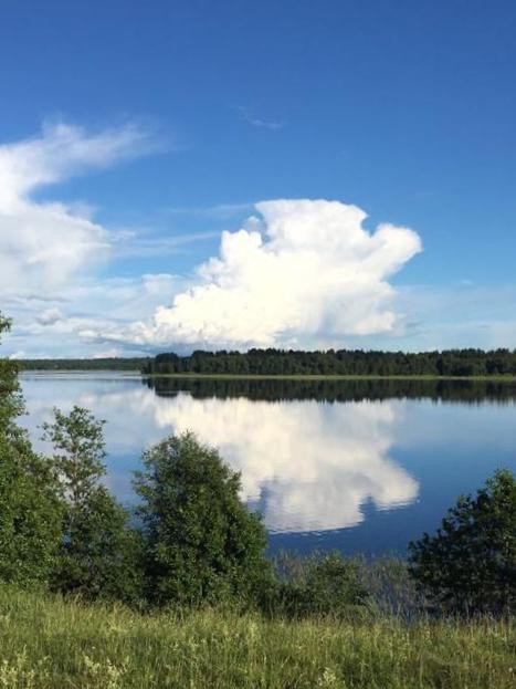 летний-пейзаж-с-облаками-и-с-видом-на-озеро-в-загородном-отеле.jpg