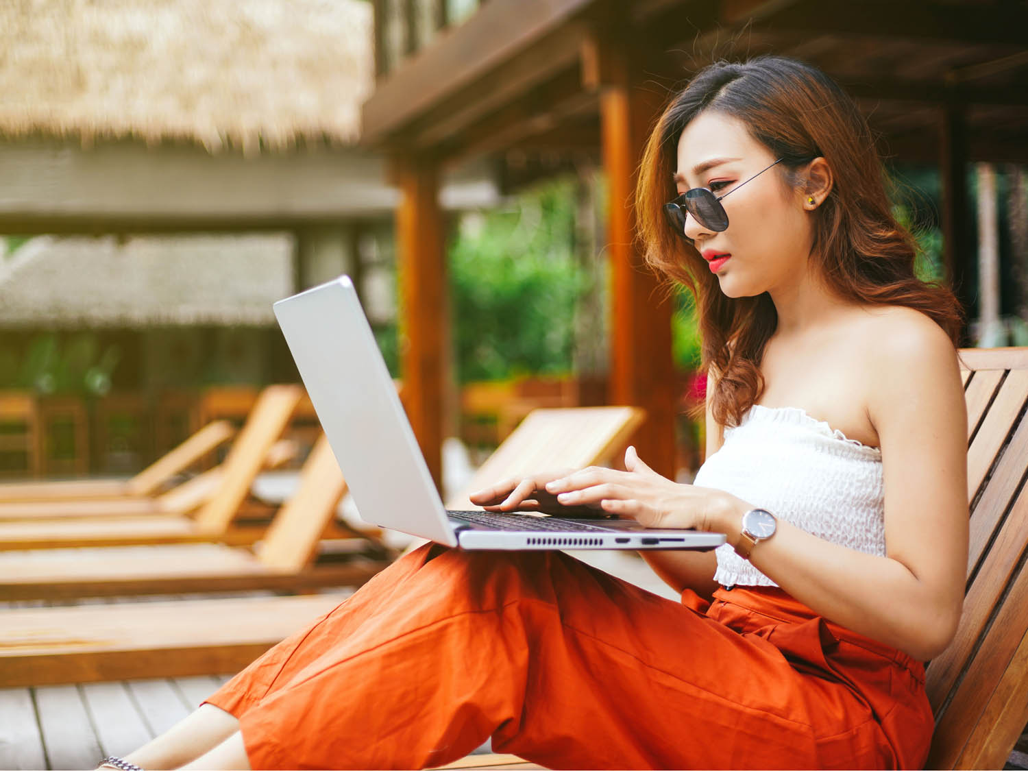 Being able to control and track your banking account from anywhere can help you understand how you spend money. Learn how you can find the best online banking!