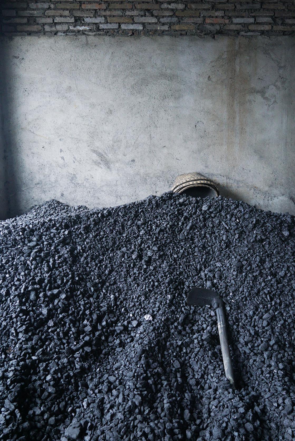 munoz-josefina-design-black-vases-ceramic-9.jpg