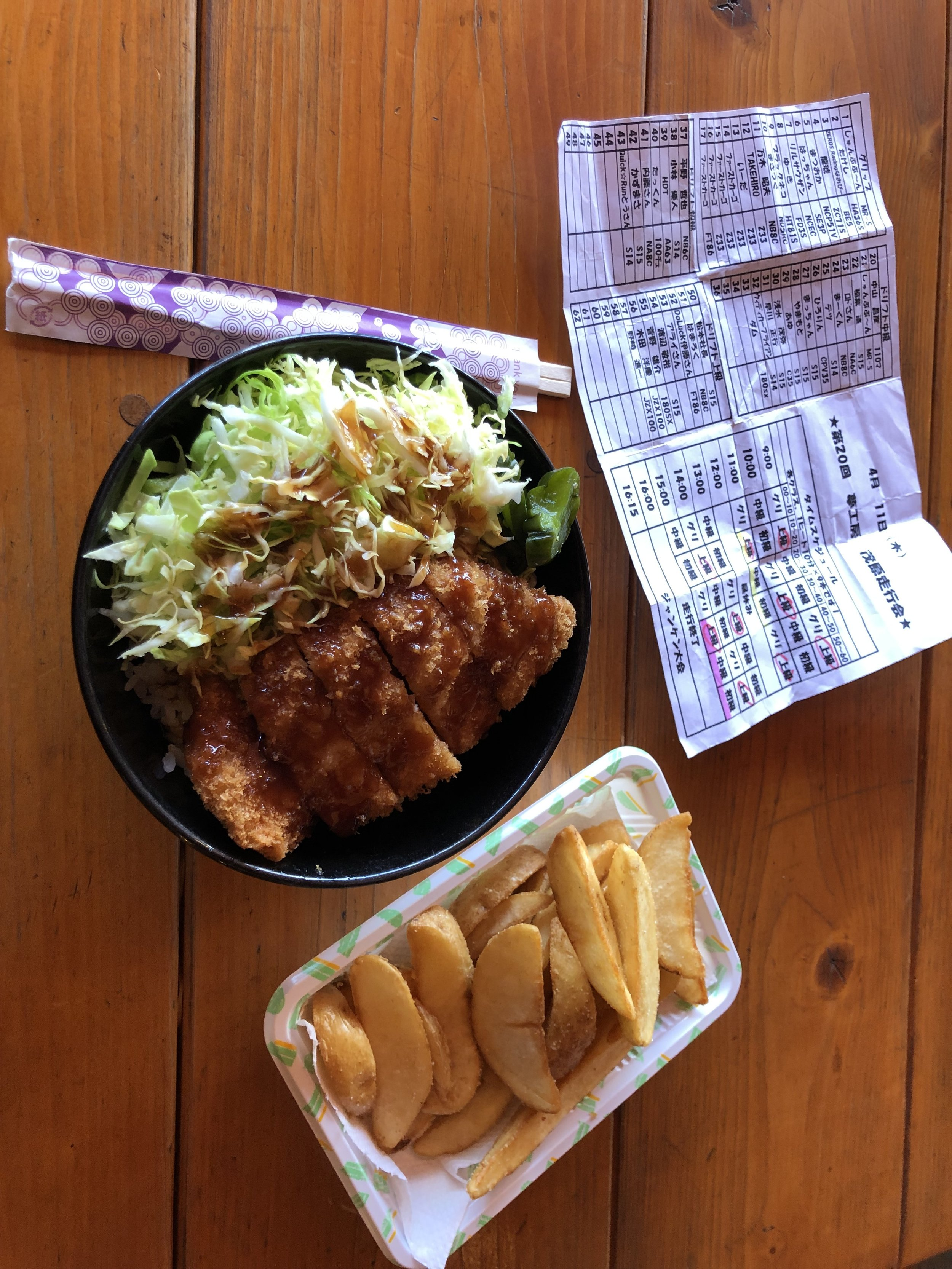 Back at the track, we grabbed a quick lunch with everyone! Mobara has a great restaurant right on site, and I could pass the opportunity to have some Tonkatsu (fried pork with cabbage and rice); so delicious!
