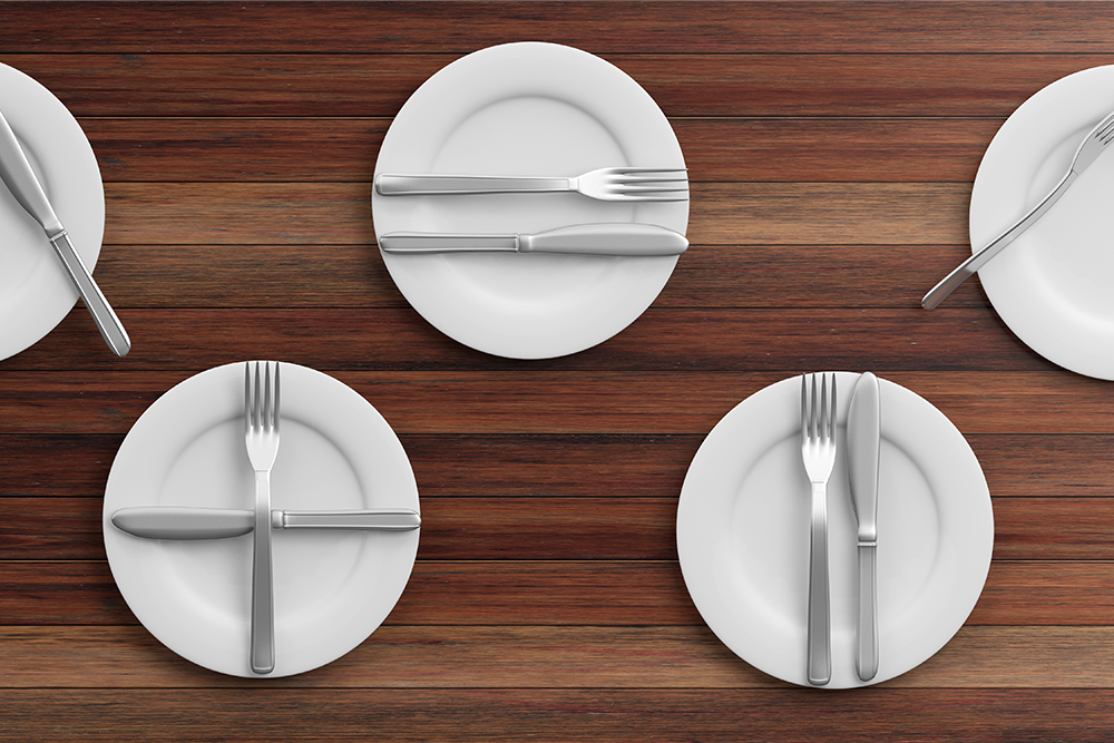 place-settings-waiter-signals-on-wooden-PMXNX66.png