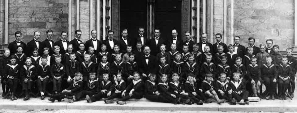 Nidarosdomens Guttekor foran vestfronten i 1929. Den gangen sang guttene i matrosedress. Korkappene kom først i 1948.