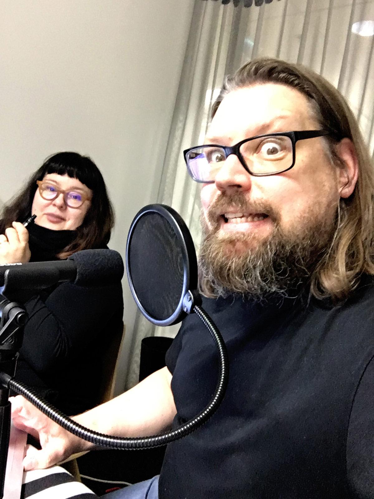 """""""Liisa Pörsä"""" (Helena Valtonen) ja """"Stinde Koistinen"""" (Aki Kiminki) ensimmäisessä äänityssessiossa."""