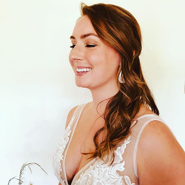 Soft waves. ✨ • •• #bride #bridalhair #waves #hottoolscurlbar #kevinmurphy #wibridemagazine #btc #hotset