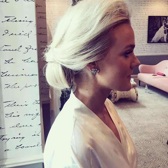 Side view from this beautiful bride.  I love the simplicity of this look.  Can I get a 👌🏻!? #bridalupdo #mnbride #bride #bridallook #beauty #glamsquad #mnwedding #hairstylust