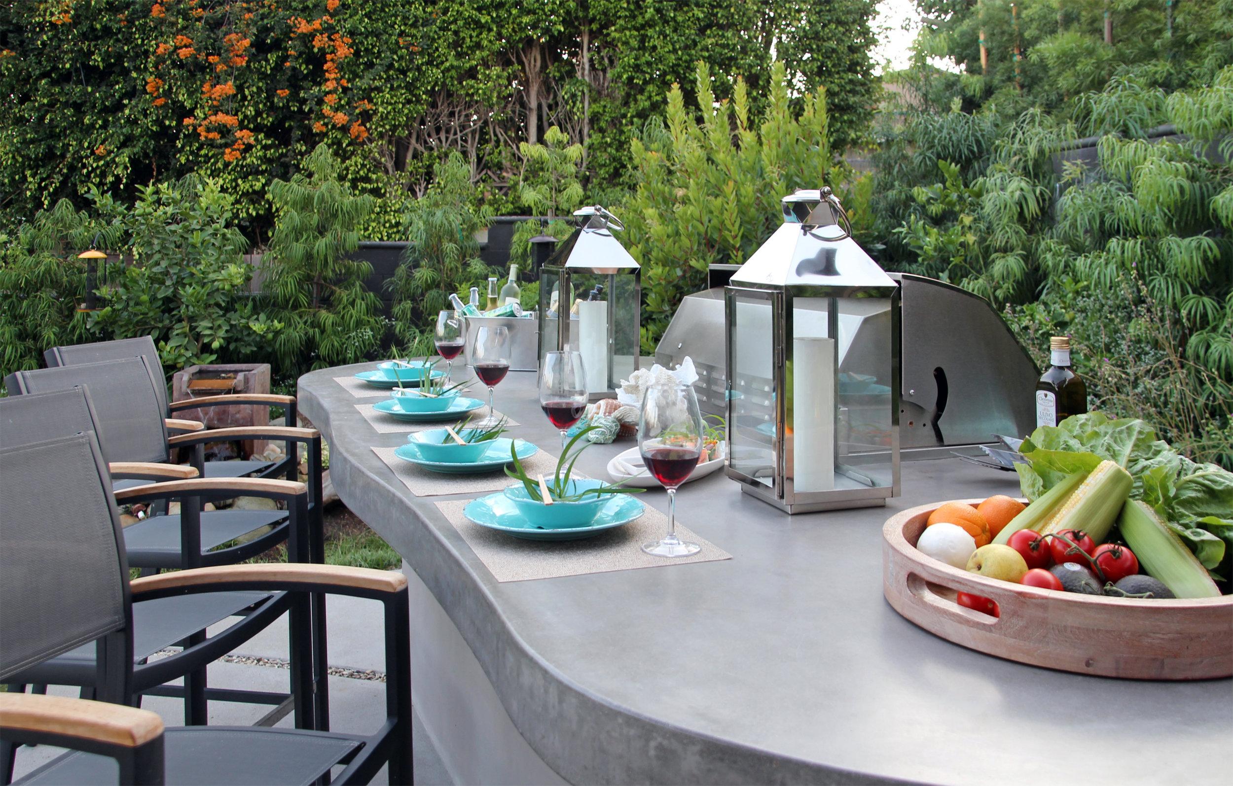 Contemporary Outdoor - Santa MonicaBBQ & islandRound Fire tableOutdoor living roomPrivacy Planting