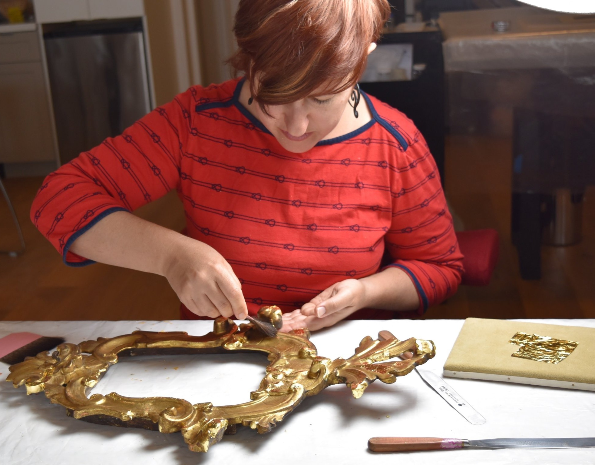 Stephanie Limoges ingilding an Irish frame