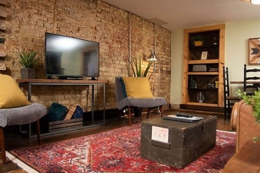 The Cocoon historic rustic apt close to downtown - One of Lynchburg's oldest homes, a colonial built around 1820. With its rustic style, 200 year old exposed brick and unique vibe, this private apartment we call