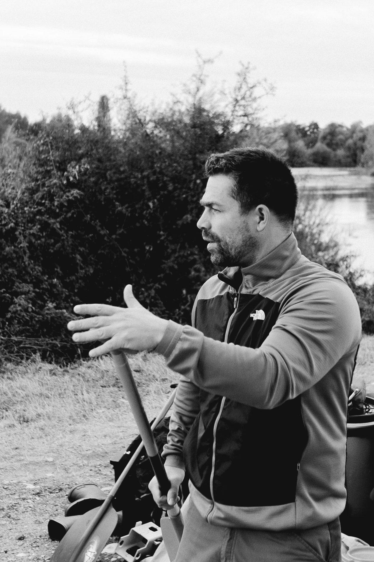 Savoir faire, la passion du canoë et du plein air - Nous enseignons la pratique du canoë et la culture du plein air sur notre camp de base à 30 minutes d'Orléans. Plan d'eau de 70 hectares en plein coeur de la forêt, l'étang de la Vallée à Combreux offre les meilleures conditions pour l'apprentissage, tant aux tout petits qui veulent découvrir qu'aux adultes chevronnés qui souhaitent partir pour des explorations de plusieurs jours sur la Loire. Nous partageons notre passion pour vous aider à passer plus de temps dehors et vivre des moments inoubliables en plein nature.