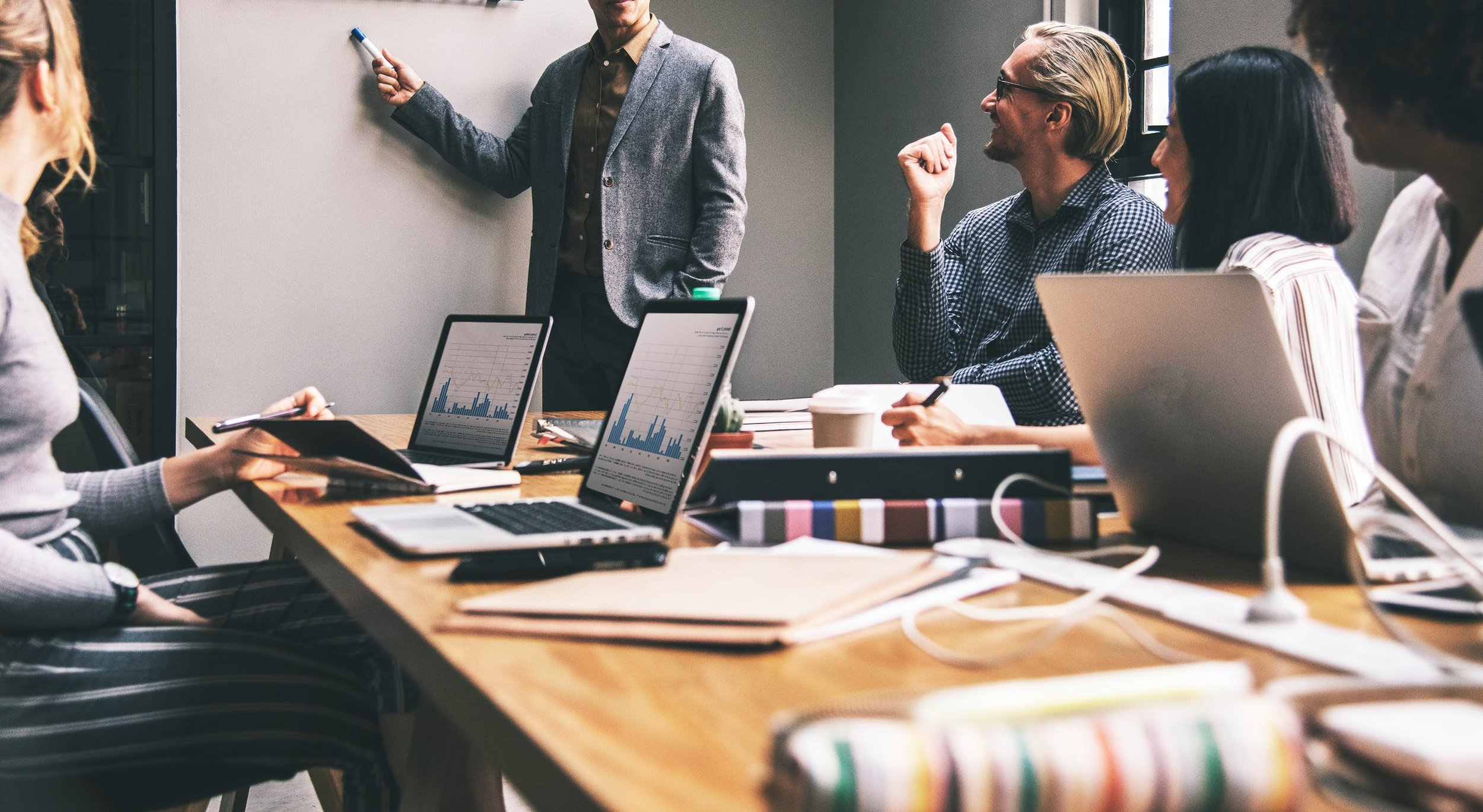 Movidos pelo Conhecimento - Estudamos os mercados, as tendências e as melhores práticas de gestão e organização de Recursos Humanos, procurando incorporar nas nossas formações, as temáticas mais emergentes e os conteúdos que focam as competências chave, necessárias à manutenção da competitividade dos nossos clientes/formandos.Muitos dos nossos projetos incorporam programas formativos, permitindo desta forma a incorporação de know-how diretamente nos nossos clientes, facilitando a consolidação da mudança e sua durabilidade.O nosso método formativo é reconhecido pela DGERT, conferindo à Take Off a capacidade de promover ações formativas certificadas, sendo estas organizadas em processos onde todos os passos asseguram qualidade e excelência.