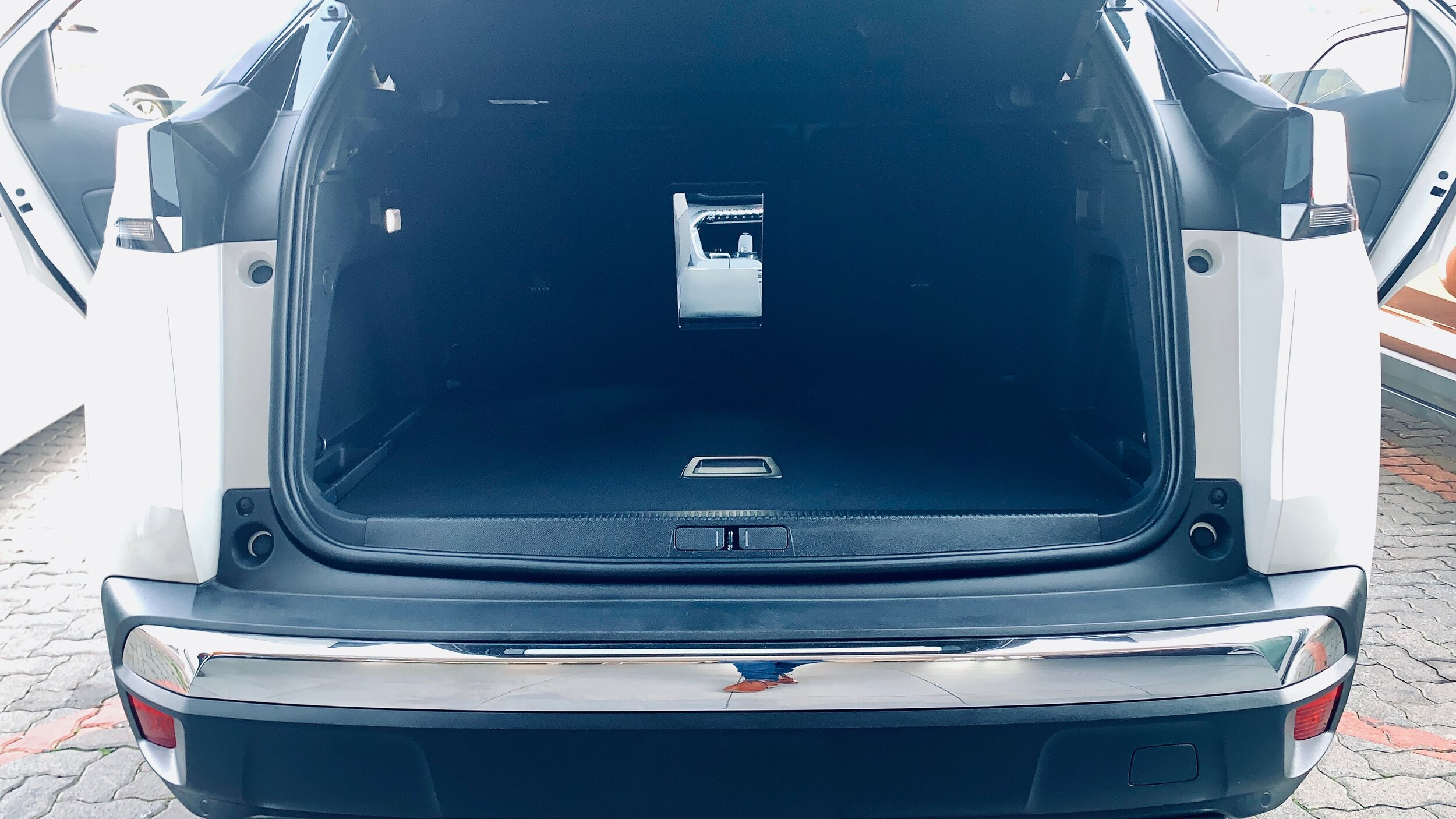 MCave: Test-Drive Series Peugeot 3000 GT-Line boot trunk