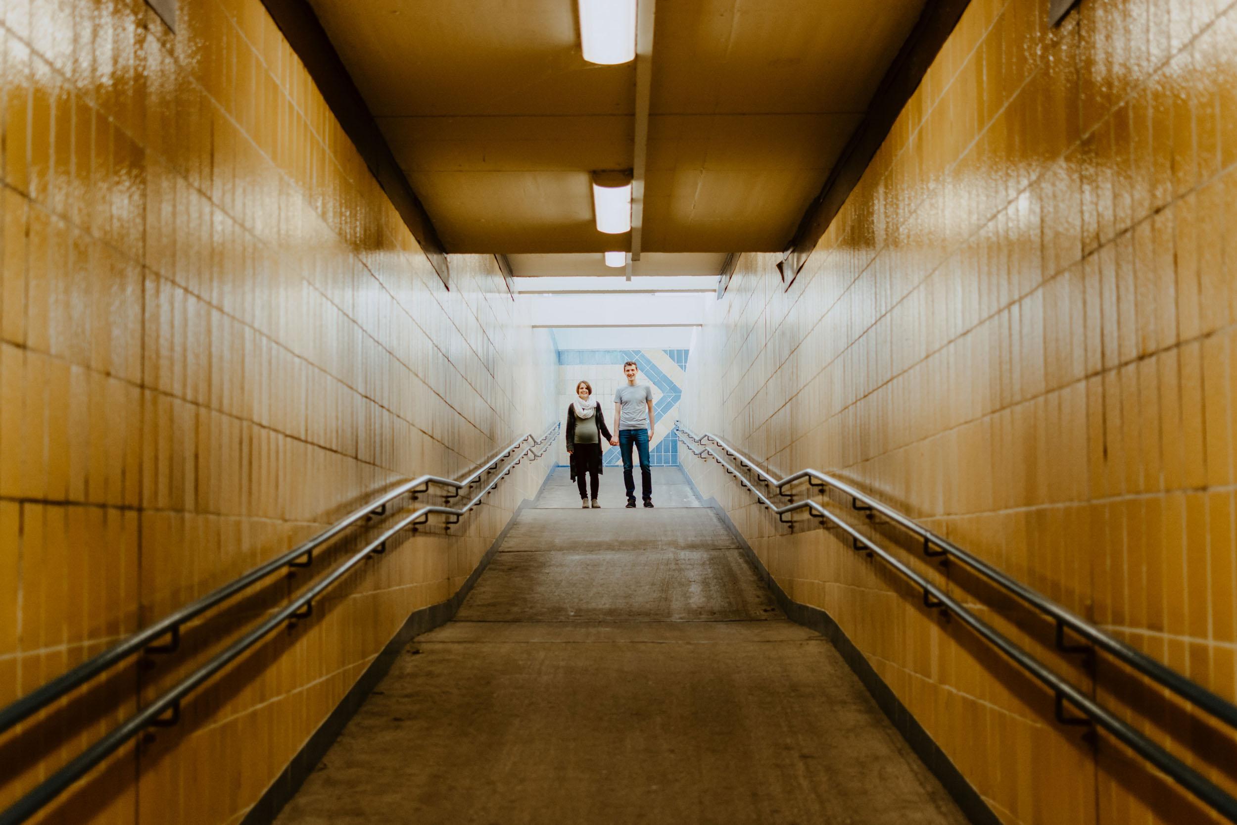 Kaulsdorf-Paarshooting-Tunnel-Paar-Gold-Händchen-halten.jpg