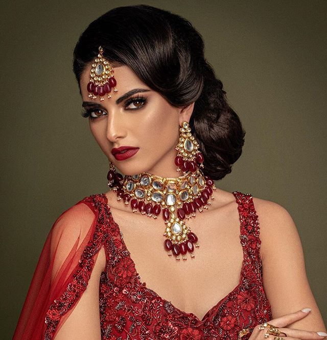 """An outfit without jewellery is like a cupcake without frosting."" CC: Photography @omjphotography  Model @sashaaavx  Hair @sadia.sohail  Makeup @glam_by_js  Outfit @bibildn  #asianjewellery #indianwedding #weddinginspo #asianwedding #jewellery #jewelleryinspo #heritage"