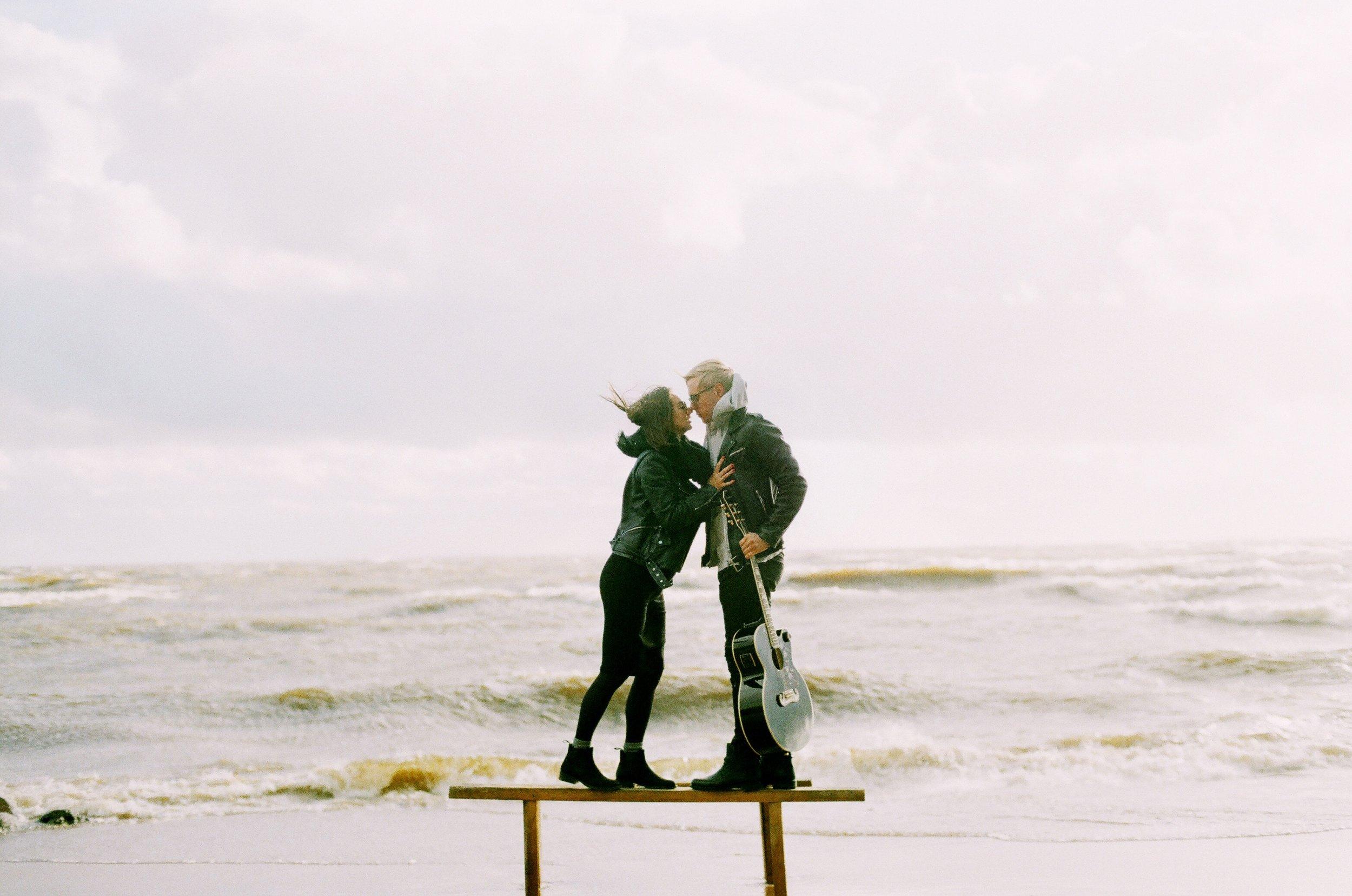 adult-beach-couple-704965.jpg