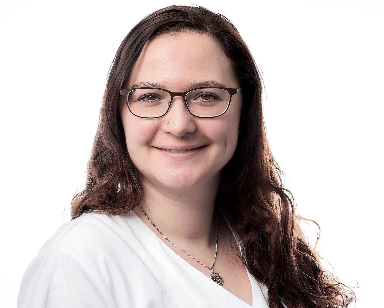 Nadine Ochsner, Prophylaxeassistentin SSO  Frau Ochnser arbeitet seit 2008 im Team von KIEFERORTHO EINSIEDELN als Prophylaxeassistentin und ist bestrebt eine optimale Mundhygiene und  Prophylaxe  zu übermitteln.  In ihrer Freizeit findet sie Erholung beim Lesen und Nähen und besucht ausserordentlich gerne Konzerte.