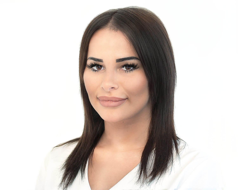 Iria Thürig, Dentalassistentin SSO  Frau Thürig  empfängt  Sie freundlichst bei KIEFERORTHO EINSIEDELN und ist motiviert Termine möglichst optimal rund um die Behandlung zu organisieren.  Sie ist sehr unternehmungslustig und verbringt ihre Freizeit gerne in Gesellschaft von Familie und Freunden.