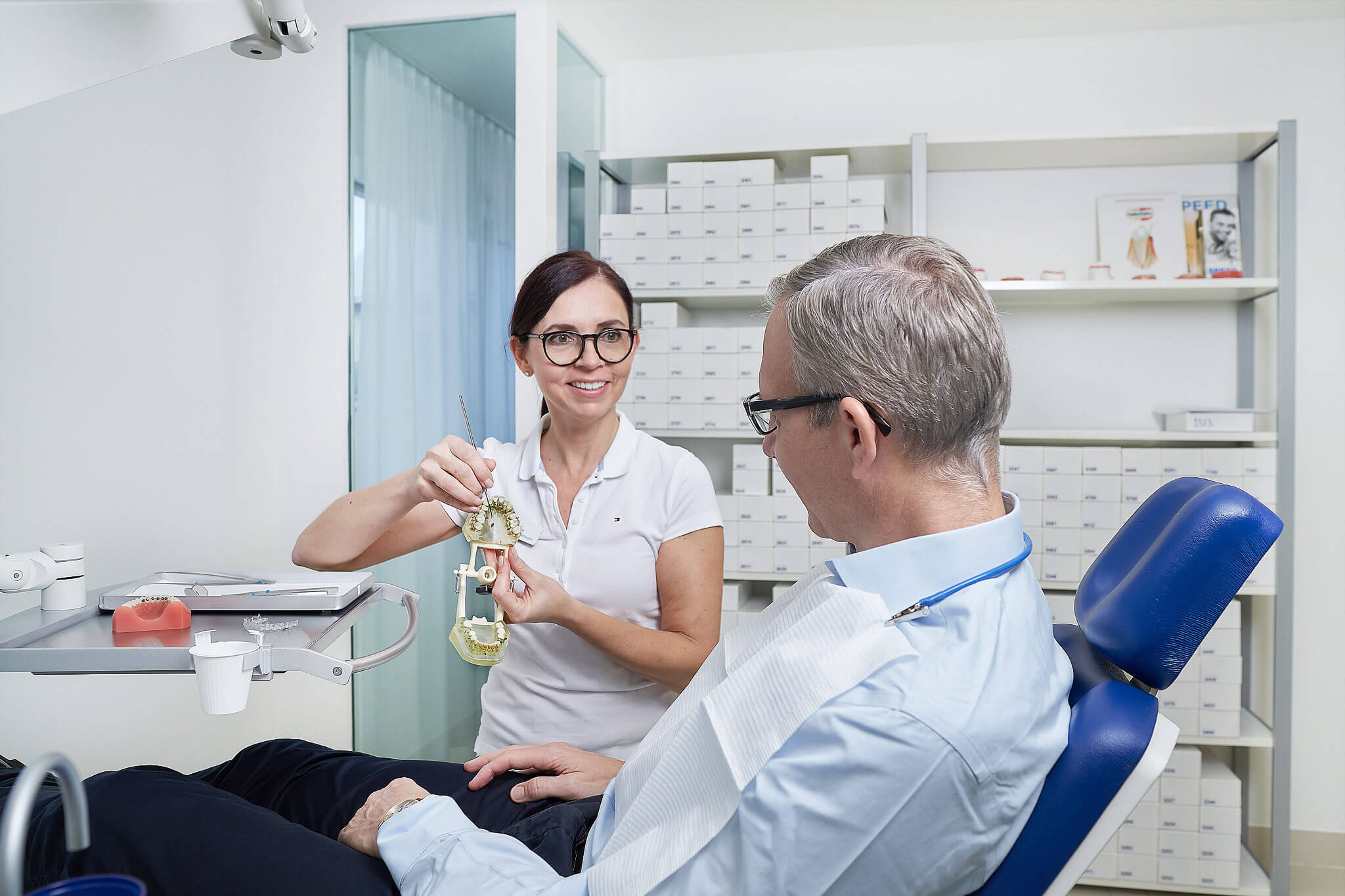 Im privaten Behandlungszimmer der Praxis KIEFERORTHO EINSIEDELN schätzen erwachsene Patienten die Diskretion