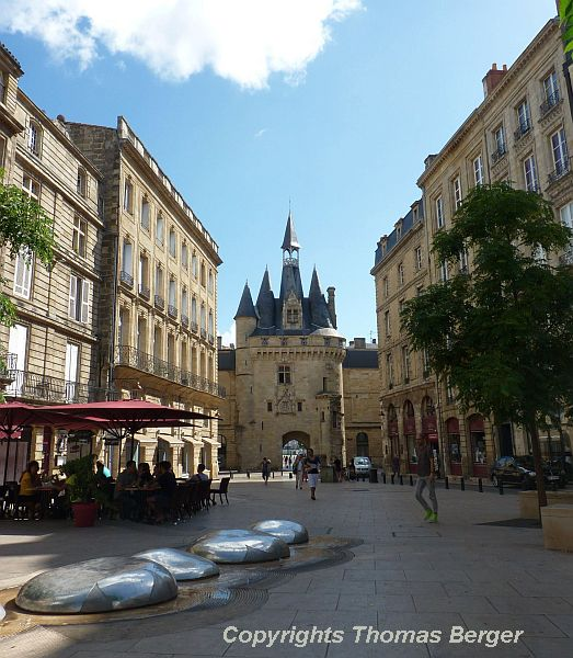 Bordeaux is a very beautiful city with an abundance of impressive architecture and art work. Although the streets are generally narrow and there is not a lot of green between the buildings, the many charming plazas and street cafes enrich the city in their own way.