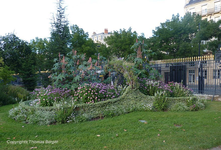 The 'green sculpture' is an annually changing creation near one of the entrances of the 'Jardin Publique'. This year it is a flower basket.