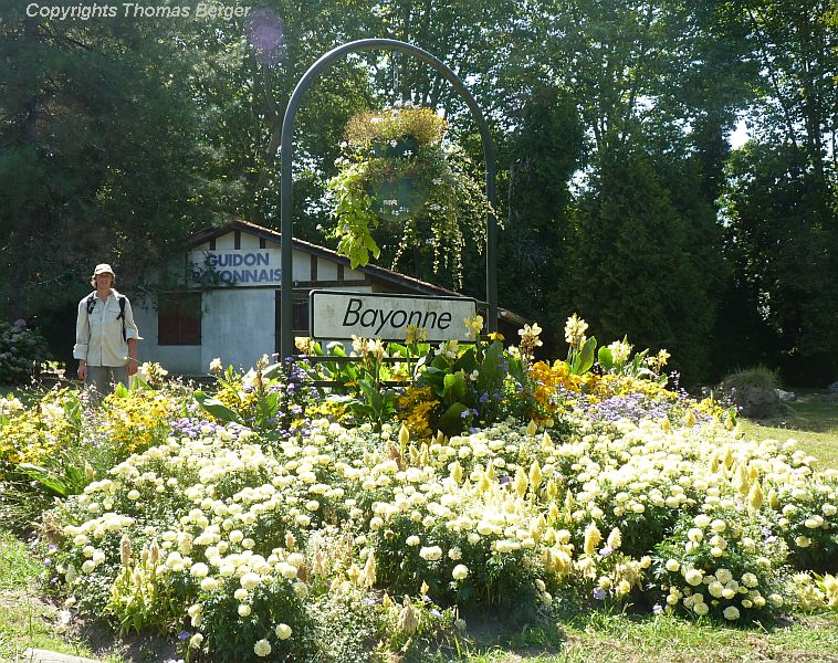 The city of Bayonne greets arriving visitors with a vibrant floral display containing various shades of yellow. We appreciated the entrance greatly - of course we were on bicycles, and those rushing by in a car will barely see it.