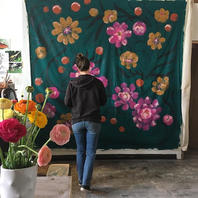 Flowers watching flowers bloom. @lonesomepictopia is painting a photo backdrop for @qcenter 🌸