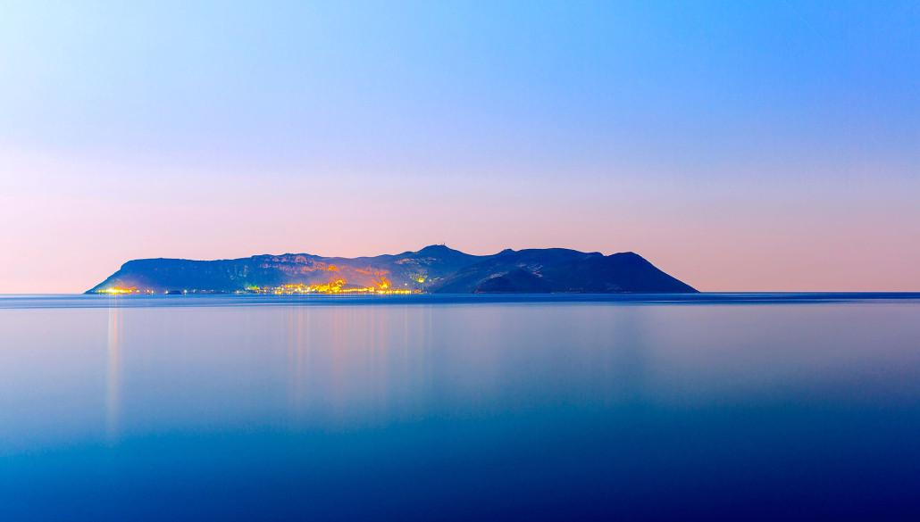Lasciando l'isola di Casterollorizo nel tramonto