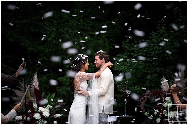 Married in a snowstorm of confetti 😍💕🙌🏻 • Dress: @ruedeseinebridal @lovelybride  Hair & Makeup: @vickyc5ny  Flowers & Decor: @glorimer • • #jeanhodgensphotography #wedding #photographer #ctphotography #tildeathdouspart