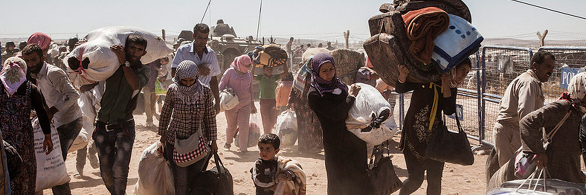 Syrian Kurdish refugees cross into Turkey from Syria, near the town of Kobani. ©UNHCR / I. Prickett