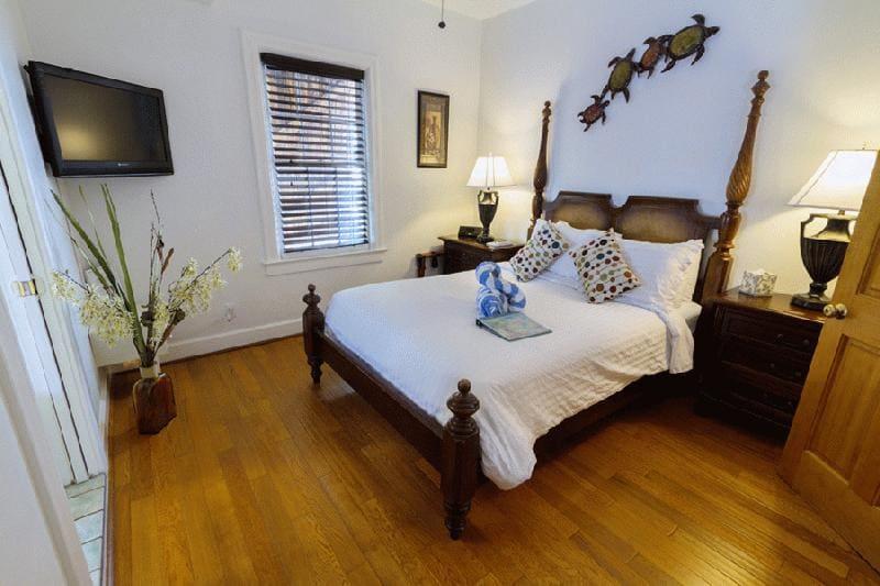 key-west-harbor-inn-room.jpg