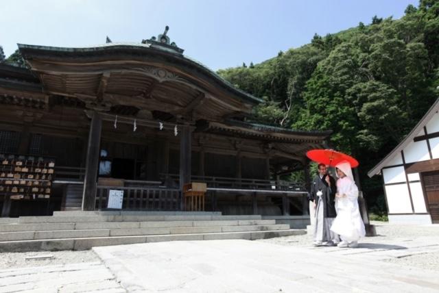 函館での結婚写真撮影の一幕。