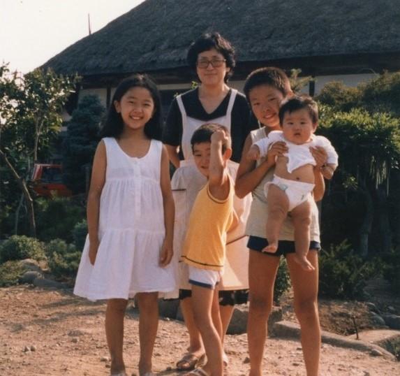 故郷にて、母と兄、弟、妹と。