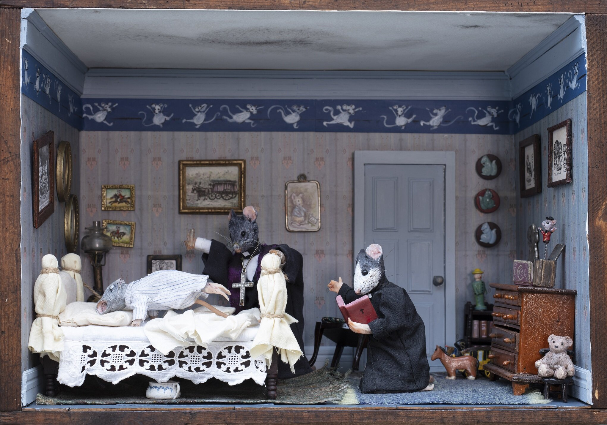 """Scene fra """"Exorsisten"""" gjenskapt som diorama med mus. Av Ingvild Eiring."""
