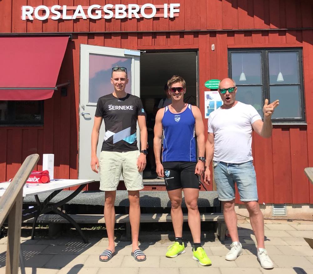 Spurtprisvinnarna Pontus Nordström och Victor Gustafsson med Janne Pettersson ur arrangörsstaben.