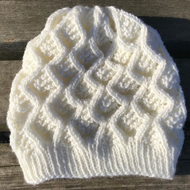 This hat is knit in super wash wool by @wyldkit.  Hat is available in exchange for a donation of $30 or more to @packyourbackmi, which helps kids in #Flint & beyond. Donation link: https://secure.givelively.org/donate/pack-your-back/knitters-for-flint  Email knittersforflint@Gmail.com to check availability.  #knittersforflint #knitthewave #knittersofinstagram