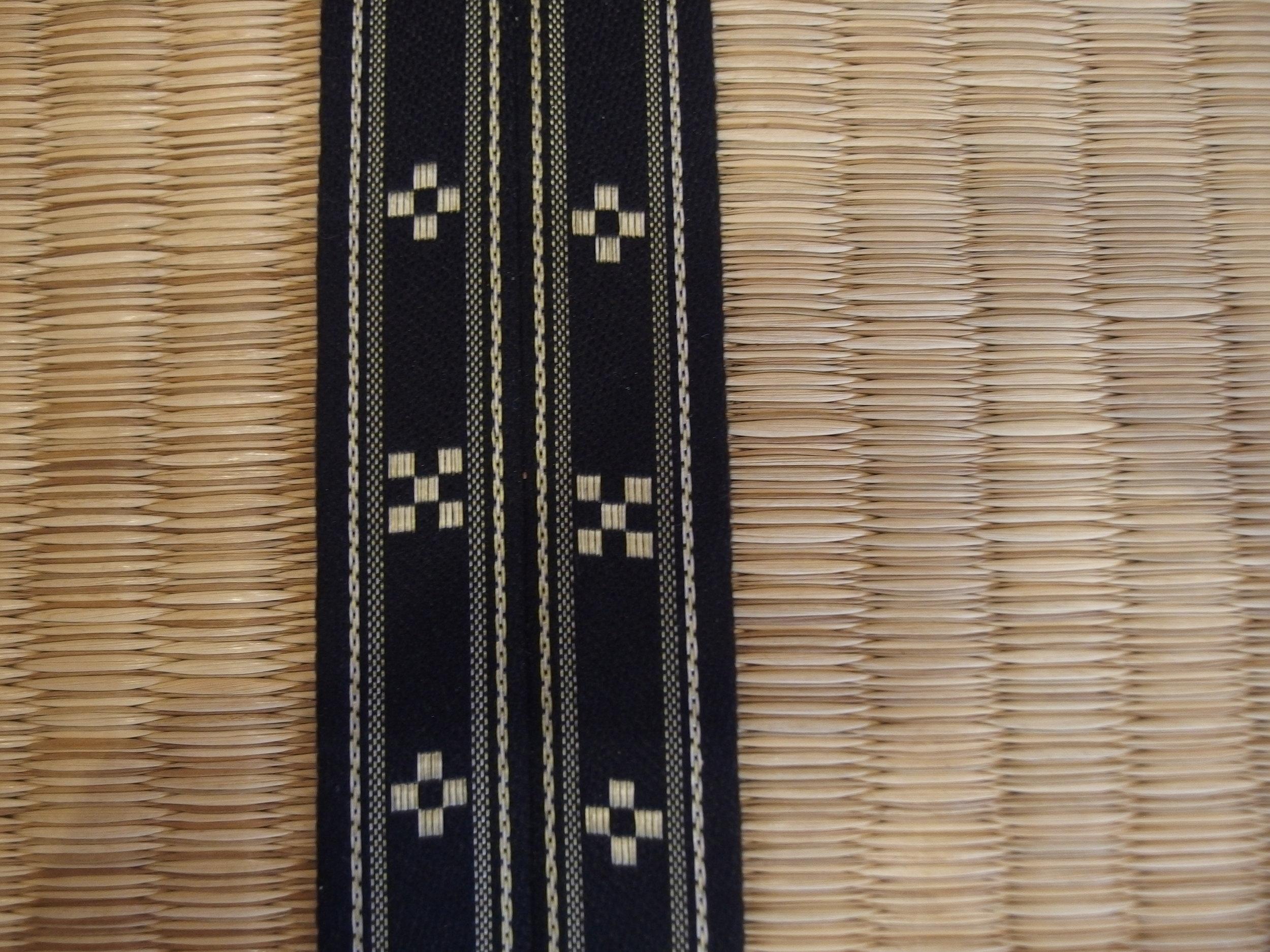 ▲畳の縁に織り込まれていたのは伝統工芸品の八重山ミンサーの模様。五つのマス目と四つのマス目で、「いつ(五つ)の世(四つ)までも末長く……」という思いが込められている。