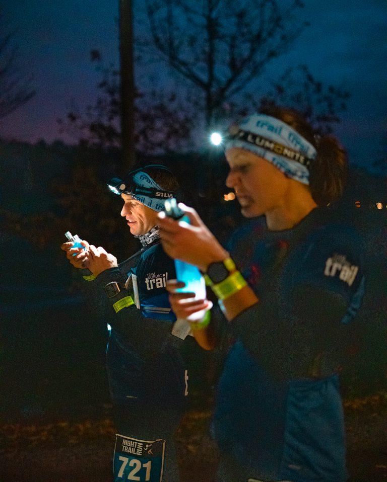 Emelie Lilliefeldt och Nils Risberg, Team Nordic Trail, fyller depåerna vid första vätskekontrollen efter 14 km löpning.