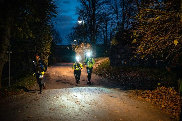 Mathias Eklund, Ärna IF, i sällskap med duon Annelie Ståhl/Paula Kirkegaard, Running4serenity vid första vätskekontrollen.