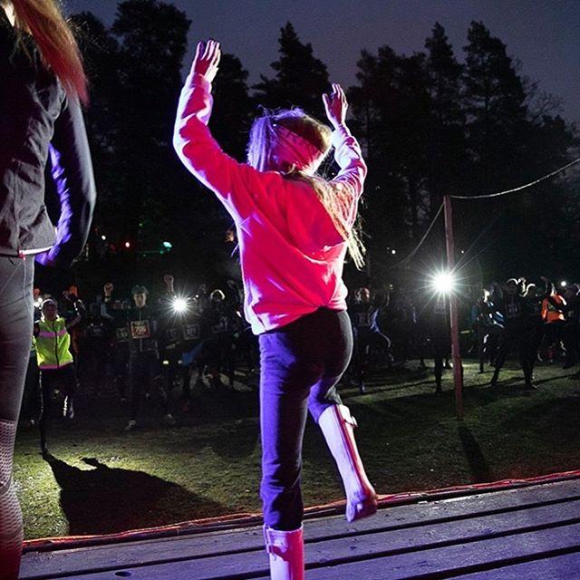 Årets..... ⭐️ 1. Årets Uppvärmare! Greta, 10 år hjälper mamma. ⭐️ 2. Årets Skoval, man hade velat intervjua Jan om hur det gick! ⭐️ 3. Årets Spurtstrid, segern om 10 km för herrar. ⭐️ 4. Årets Succé, fotoväggen! ⭐️ Har ni som sprang några tillägg? 😃🌲🔦 @nighttrailrun #nighttrailrun