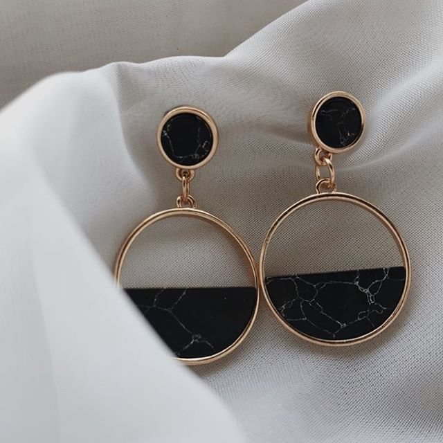 New obsession alert........ earrings! . . . . #earrings #instagram #love #newpost #newobsession #details #accents #fashion #minimalism #minimalliving #blogger #blogposts #lifestyle