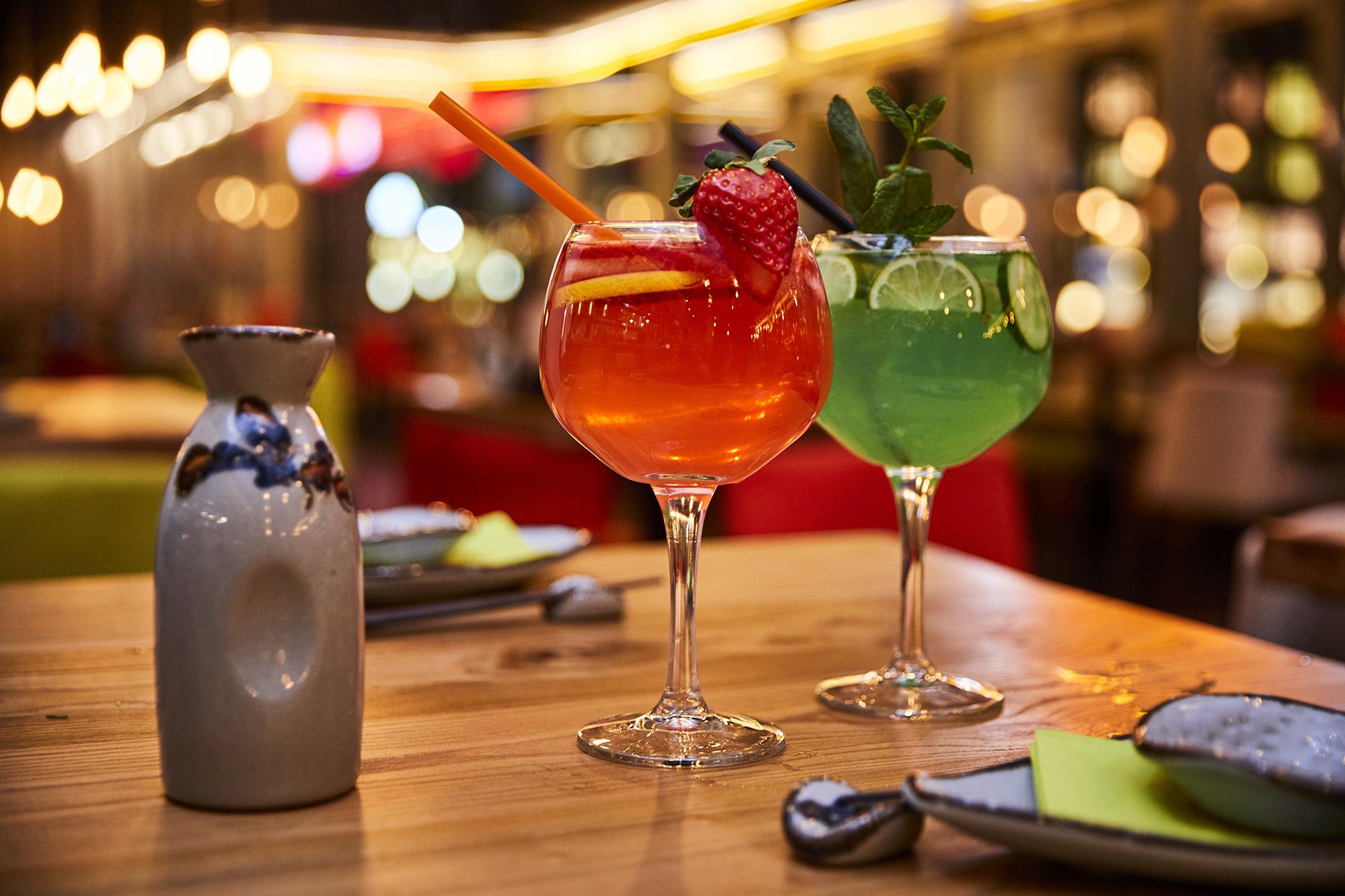 Drinks - kofookoo yam'cha bietet den Gästen zwei Bars mit einer großen Selektion an Getränken. Ob Weine, Gins, Whiskys, Long Drinks oder Cocktails, hier findet jeder das passende Getränk zu unseren vielfältigen Gerichten.