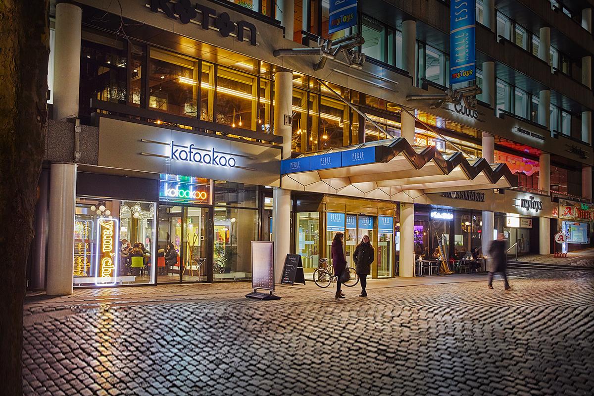 Event location - kofookoo yam'cha befindet sich im Zentrum der Hamburger Innenstadt, unmittelbar zwischen Mönckebergstraße und Jungfernstieg. Wir haben eine Terrasse mit Ausblick auf den großen Gerhart-Hauptmann-Platz und das Thalia-Theater. Eine fantastische kulinarische Reise durch die asiatische Küche beginnt man in Hamburg bei kofookoo.