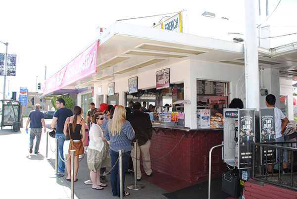 Pinks-Hot-Dogs-Exterior-from-Entourage-Live-the-Movies.jpg