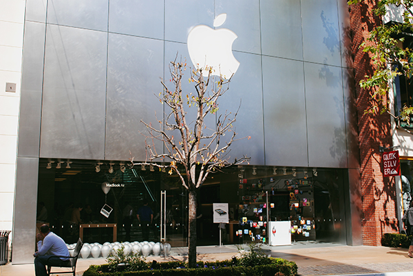 The-Apple-Store-at-The-Grove-from-Modern-Family-by-Live-the-Movies.jpg